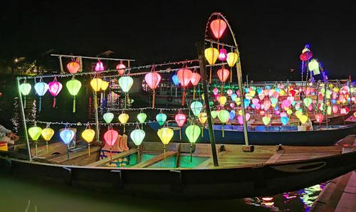 đèn hoa đăng trên sông hoài